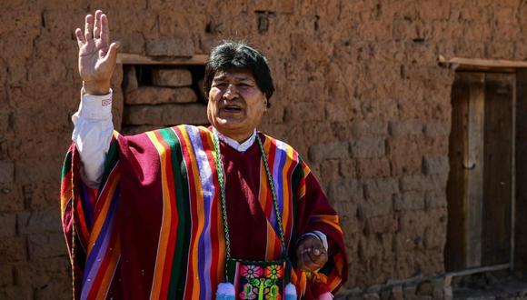 El expresidente boliviano Evo Morales saluda frente a su casa natal, en Orinoca, Bolivia, el 10 de noviembre de 2020, luego de su regreso de Argentina. (AFP / RONALDO SCHEMIDT).