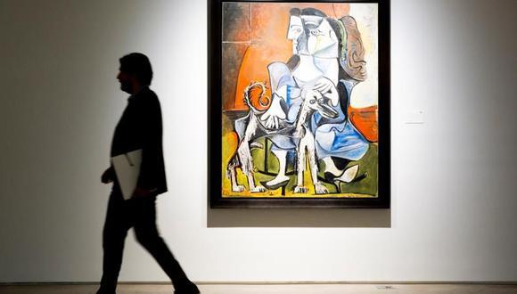 """Un hombre camina junto a la obra """"Mosquetero con pipa"""" de Pablo Picasso, que se espera subastar por entre los 20 y los 30 millones de dólares, expuesta en la muestra """"Impresionistas y Arte Moderno"""" en la sala de subastas de Sotheby en Nueva York. (Foto: EFE)"""