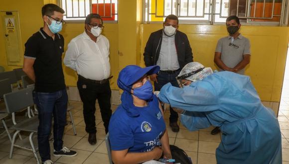 Alcalde José Ruiz anuncia que comuna iniciará gestiones para adquirir inmunizaciones. Hay S/ 2 millones para compra.