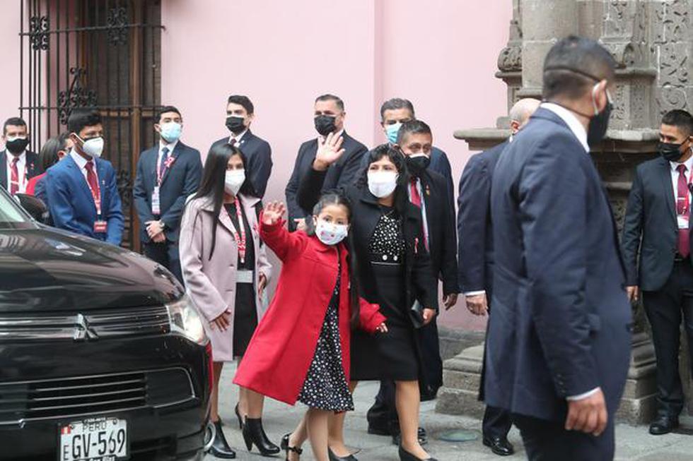 Lilia Paredes usó un vestido de un diseñador de Cajamarca, reveló TV Perú. Acudió junto a sus hijos a sede de la Cancillería esta mañana.  Foto: Lino Chipana Obregón/@photo.gec