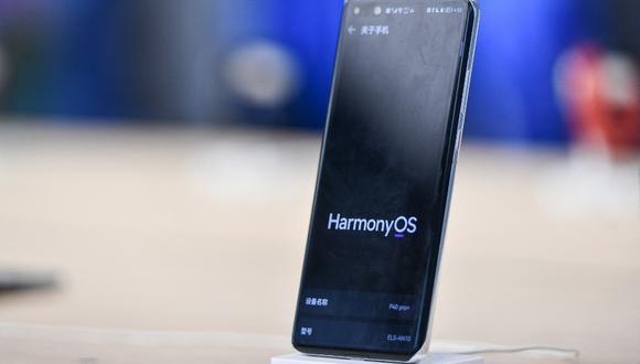 En esta foto se observar un teléfono inteligente Huawei con el sistema operativo HarmonyOS en la tienda insignia de la compañía china, en Shenzhen. (Foto de STR / AFP)