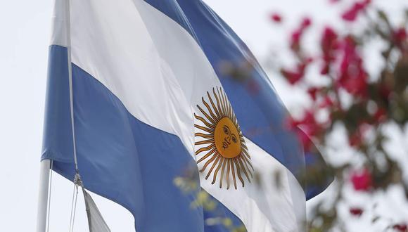 Luego de conocerse el fallecimiento de Diego Armando Maradona, la embajada de Argentina en Lima empezó a recibir arreglos florales. (Foto: César Campos / GEC)