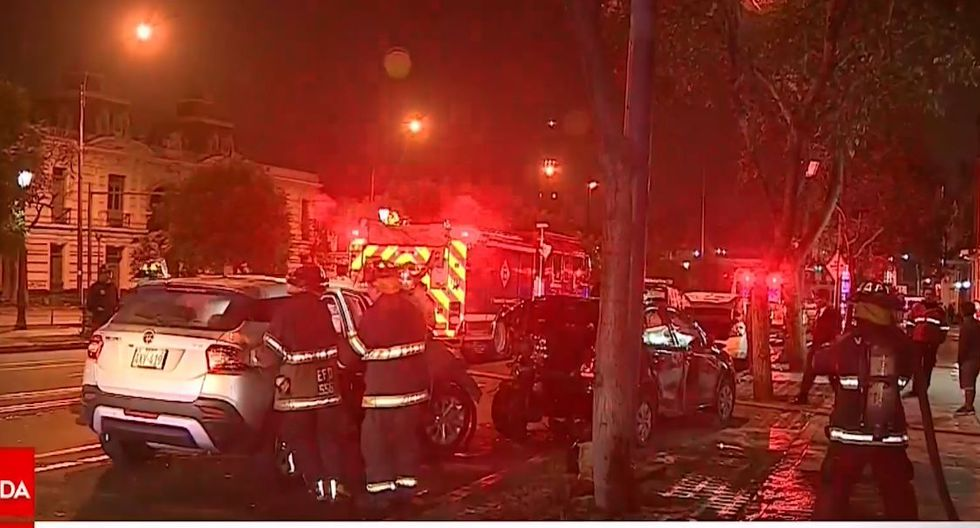 Cercado de Lima: camioneta chocó contra auto y dos vehículos de la Policía/ Foto: Captura América