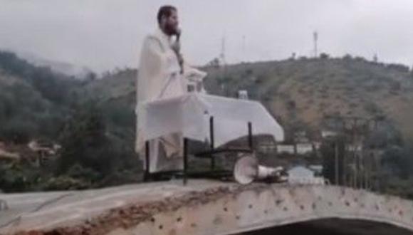 Sacerdote oficia misa desde el techo de Iglesia y pide a fieles no salir de sus casas. (Foto: captura Facebook)