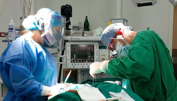 Afortunadamente la operación fue exitosa para la mujer, quien tenía este mal desde hace tres años. Esta intervención en su abdomino pélvico duró tres horas y la paciente viene  recuperándose favorablemente, señaló a Andina el cirujano oncólogo Benjamín Leiva Sagástegui.