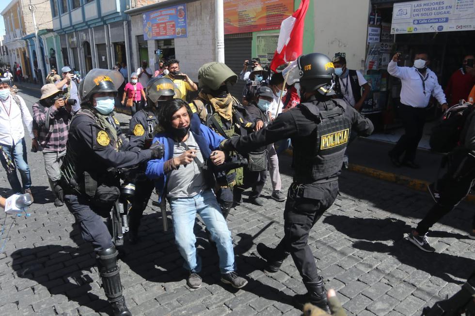 Tras presentarse disturbios, efectivos policiales detuvieron algunos manifestantes en la Plaza España, en el centro de Arequipa. (Foto: Eduardo Barreda / GEC)