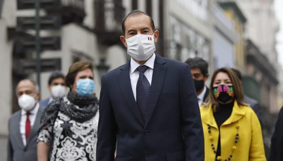 Primer ministro Walter Martos, antes de llegar al Congreso, dijo que acude con la mayor apertura para trabajar juntos en la lucha contra la pandemia (Foto: Presidencia)