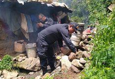 Policías cocinan y limpian casa de anciana abandonada