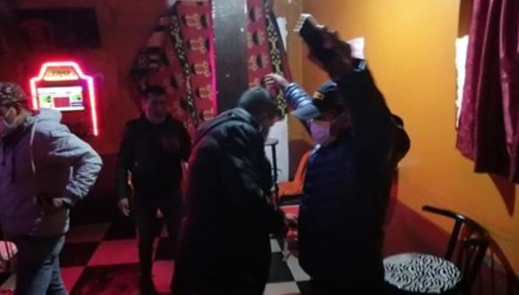 En el interior de los locales se encontró a varones y mujeres, que libaban bebidas alcohólicas. (Foto: Difusión)