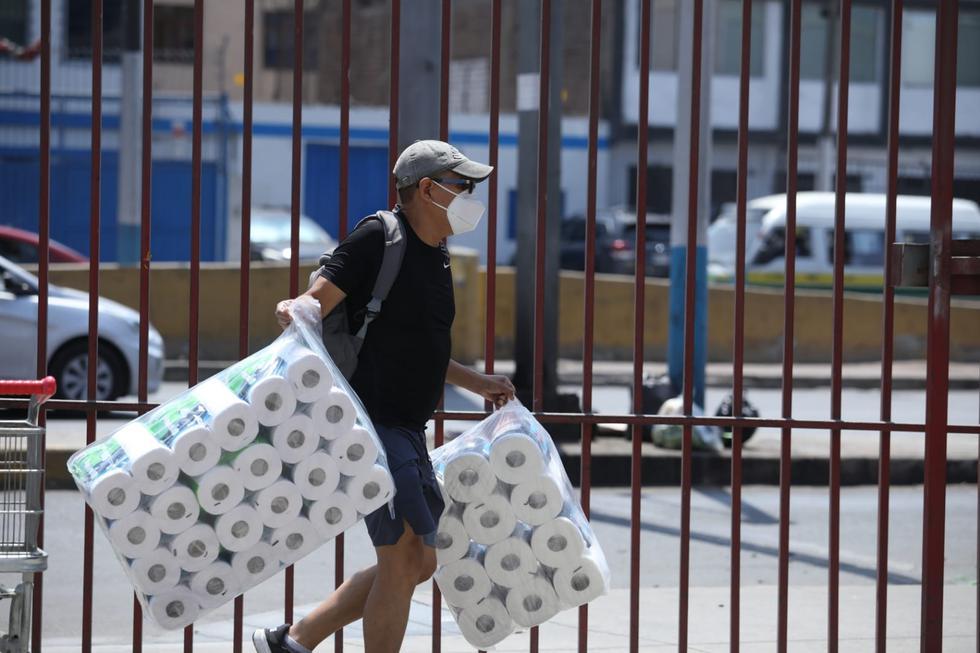 Papel higiénico sigue siendo el producto más comprado en los supermercados antes de la cuarentena.  (Foto: Britanie Arroyo / @photo.gec)