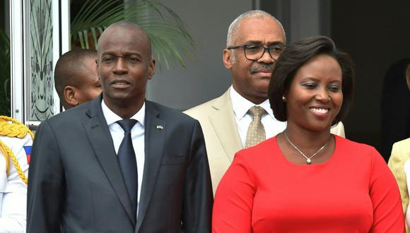 El presidente de Haití Jovenel Moise (izq.) y la primera dama Martine Moise son vistos en el Palacio Nacional en Puerto Príncipe, el 23 de mayo de 2018. (HECTOR RETAMAL / AFP).