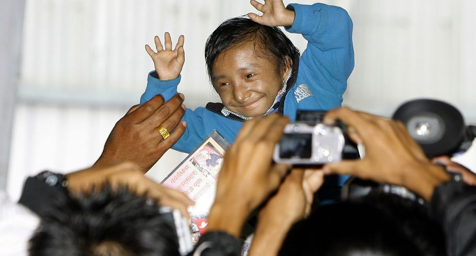 Nepalese Guinness World Record holder Khagendra Thapa Magar, the world's smallest man, gestures as he arrives for an event marking Guinness World  Records Day in Kathmandu on November 18, 2010. Nepal's nine Guinness World record holders who ranged from the shortest man to the oldest summiteer of Mt. Everest, were felicitated to mark the World Guinness Record Day November 18. AFP PHOTO/Prakash MATHEMA (Photo by PRAKASH MATHEMA / AFP)