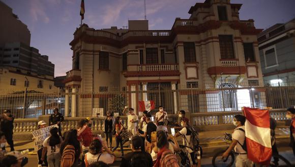 Un grupo de peruanos participa de la protesta por el asesinato del peruano Silvano Cantaro en Colombia a mano de presuntos ciudadanos venezolanos. En la protesta también se vieron expresiones xenofóbicas. (Fotos: Renzo Salazar / GEC)