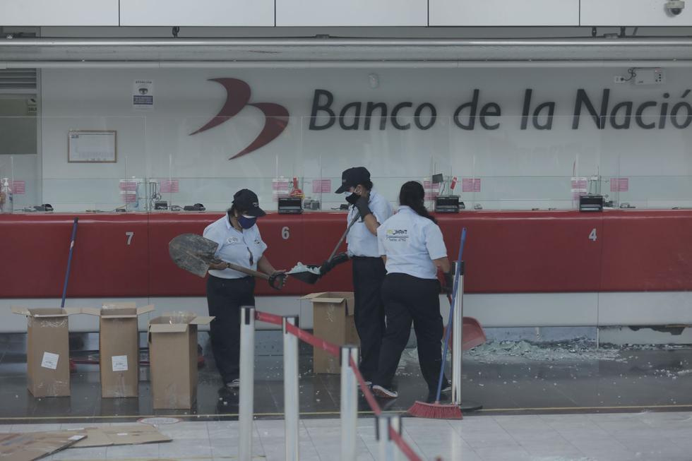 Techo de vidrio se desploma dentro de las instalaciones en el Banco de la Nación. (Foto: Leandro Britto / @photo.gec)