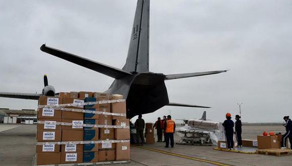 Según el Minsa, el cargamento enviado a Huánuco incluye 3 mil pruebas serológicas y 10,942 vacunas contra el COVID-19. (Foto: Minsa)