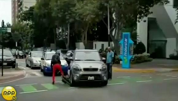 San Isidro: conductora invade ciclovía e impacta a ciclista (VIDEO)