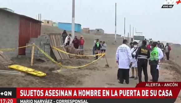 Hasta la zona llegaron agentes de la Policía y un fiscal para proceder a iniciar la investigación. Sin embargo, se tuvo que esperar a que se rescate el cuerpo, ya que había caído a un pozo tras el ataque. (Foto: Captura ATV)
