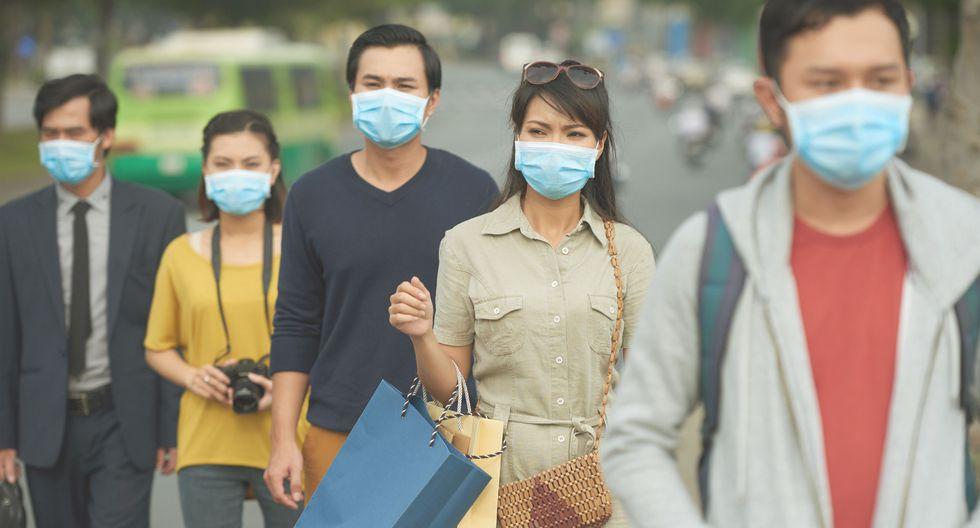 Ciudadanos caminando en las calles con mascarilla. (Foto referencial: Shutterstock)