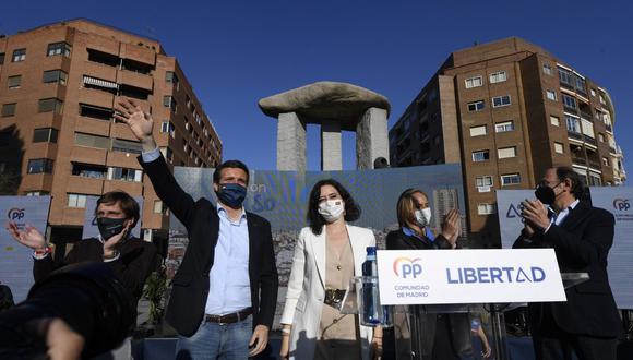 El líder conservador español del Partido Popular, Pablo Casado y la presidenta de la Comunidad de Madrid, Isabel Díaz Ayuso, inician la campaña para su reelección. (OSCAR DEL POZO / AFP)