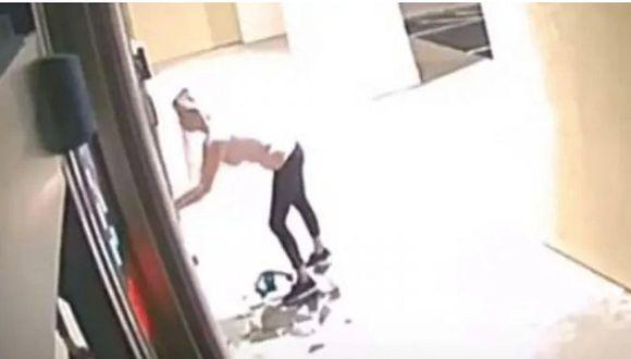 Mujer entra a robar en un spa con una sierra eléctrica y se lleva todo el bótox (VIDEO)