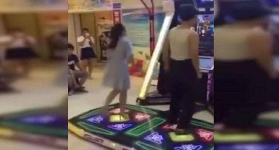 Se queda sin ropa interior por bailar concentrada videojuego (FOTOS)