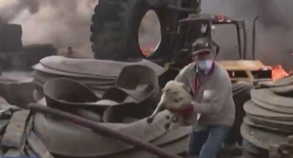 Hombre rescata a perro de voraz incendio en Comas (VIDEO)