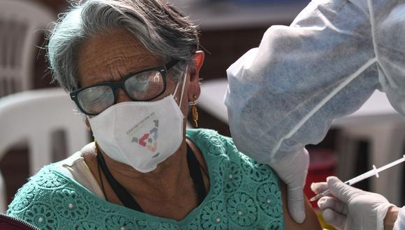 La OMS advierte que aplicarse la vacuna del coronavirus no es una carta blanca para ignorar las medidas de salud como el distanciamiento físico y el lavado de manos.  (Foto: AFP)