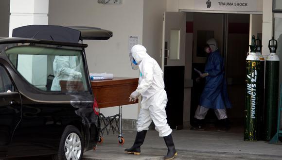 Coronavirus Perú   Imagen referencial. Trabajadores mueven un ataúd en un hospital de Lima. (EFE/ Juan Ponce Valenzuela).