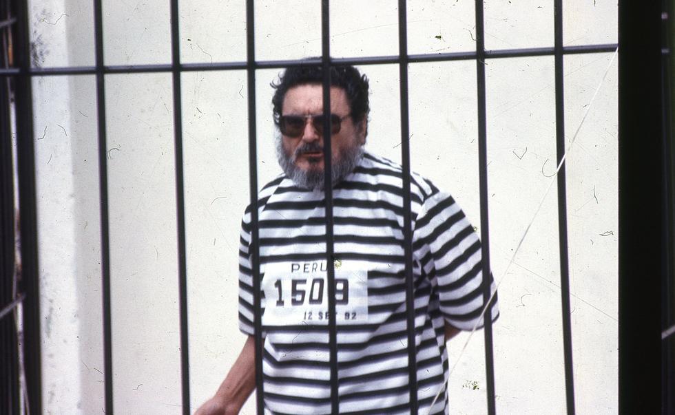 Imagen de la presentación de Abimael Guzmán a la prensa nacional y extranjera tras su captura realizada el 12 de septiembre de 1992 en un inmueble de Surquillo. (Archivo GEC)