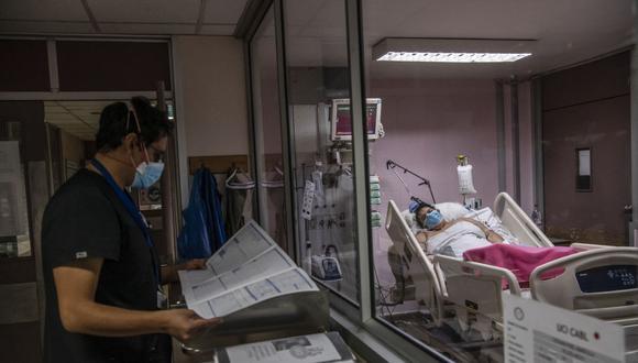 Aún falta inmunizar a 1,500 médicos en la región, entre jubilados y profesionales que trabajan en el sector privado (Foto Archivo / MARTIN BERNETTI / AFP).