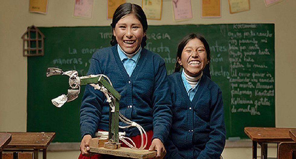 Niñas bolivianas crean un brazo hidráulico con material reciclable