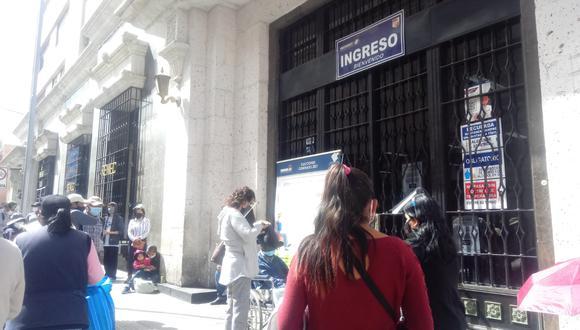 Tramitadores cobran entre 8 y 15 soles para gestionar el DNI en Reniec de Arequipa.