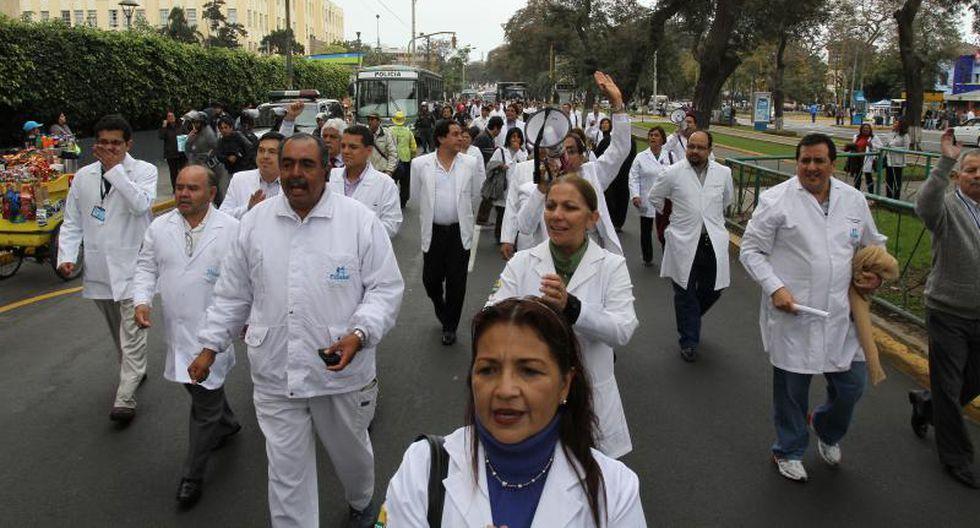 Médicos de EsSalud atenderán en una plazuela como medida de protesta