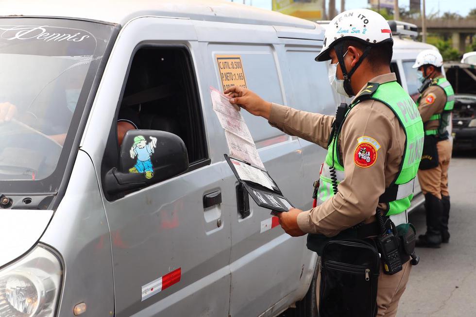 La Policía Nacional y el Ejército realizan una operación de control vehicular en la Panamericana Sur, donde se pide a los conductores de autos particulares el pase vehicular, requisito indispensable para poder transitar dicha vía. (Foto: Hugo Curotto / @photo.gec)