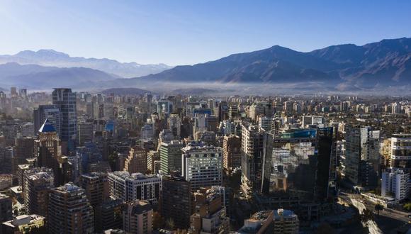 El Colegio Médico de Chile también ha mostrado su preocupación por las muertes registradas en Chile, que superan el centenar diario. En la foto se aprecia la capital Santiago, al inicio de una nuevo cuarentena impuesto como medida contra la propagación del COVID-19.  (MARTIN BERNETTI / AFP)