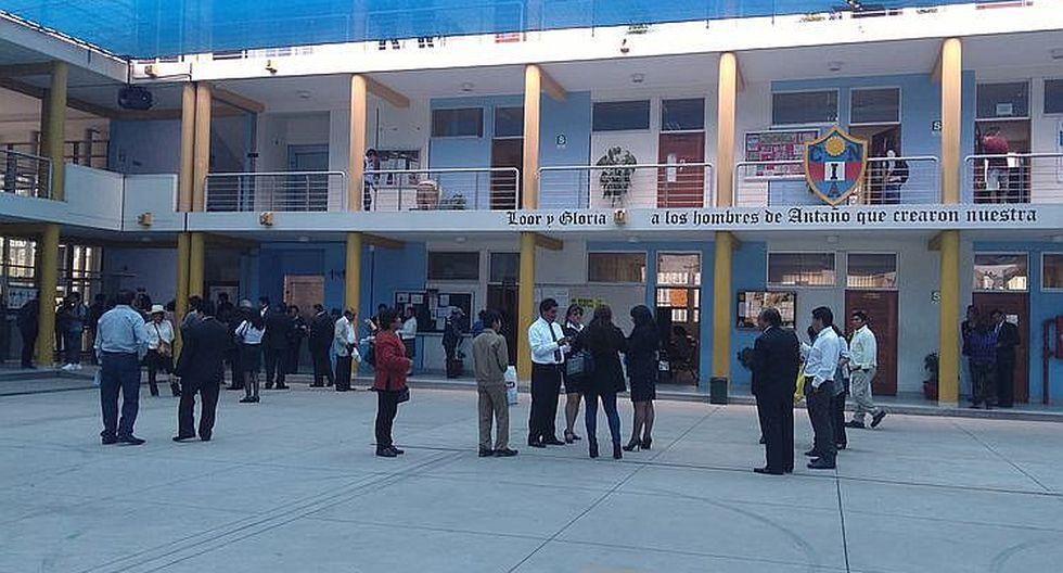 """Padres de familia y estudiantes de la """"I"""" protestan contra director del colegio"""