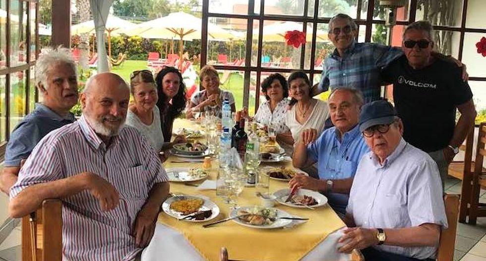 Alfredo Bryce Echenique compartió la mesa con sus amigos más cercanos al cumplir 81 años. (Foto: Alonso Cueto / Vía Facebook)