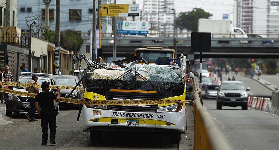 Difunden imágenes antes que bus quede sin techo en puente de Av. Brasil (VIDEO)