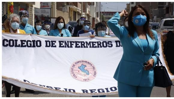 Al mismo tiempo que llegaba a La Libertad 17,550 vacunas Pfizer para inmunizar a adultos mayores, la decana del Colegio de Enfermeros arribaba de Lima para exigir la destitución de la gerente de Salud, pero luego desistió. (Foto: Arturo Gutarra)