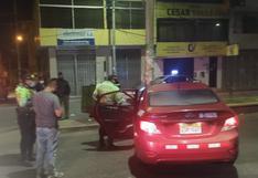 Taxi conducido por policía ebrio ocasiona despiste y choque