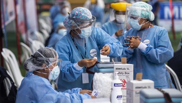 El gobierno habilitó el padrón con los lugares y fechas en que serán vacunados contra el COVID-19 los adultos mayores de 70 a 79 años en Lima y Callao (Foto: Ernesto Benavides/AFP)