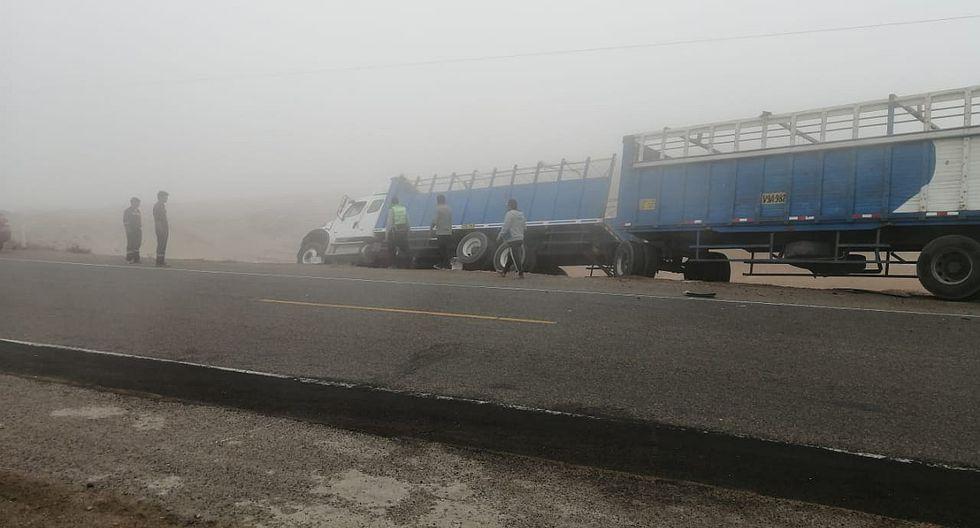 Miniván impacta contra camión en la Panamericana y al menos cuatro resultan heridos [FOTOS]