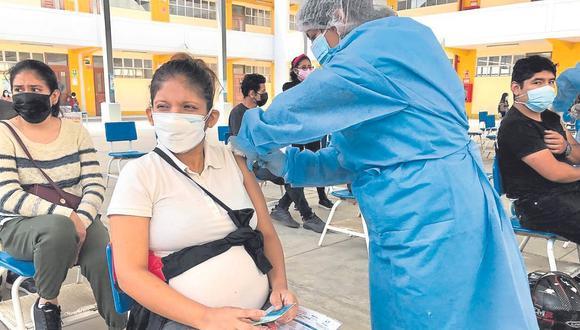 Más de 200 mil personas de 40 años a más no está protegida con dos dosis de la vacuna contra la Covid-19.