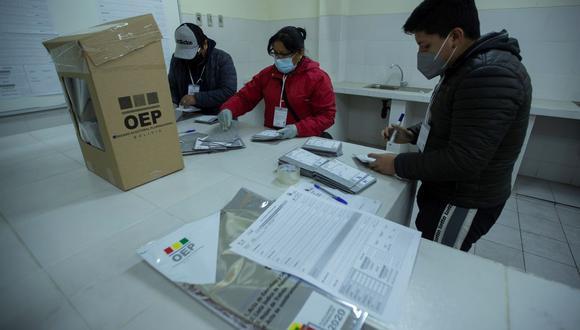 Delegados cierran urnas y comienzan el conteo de votos, en La Paz. (EFE/ Joédson Alves).