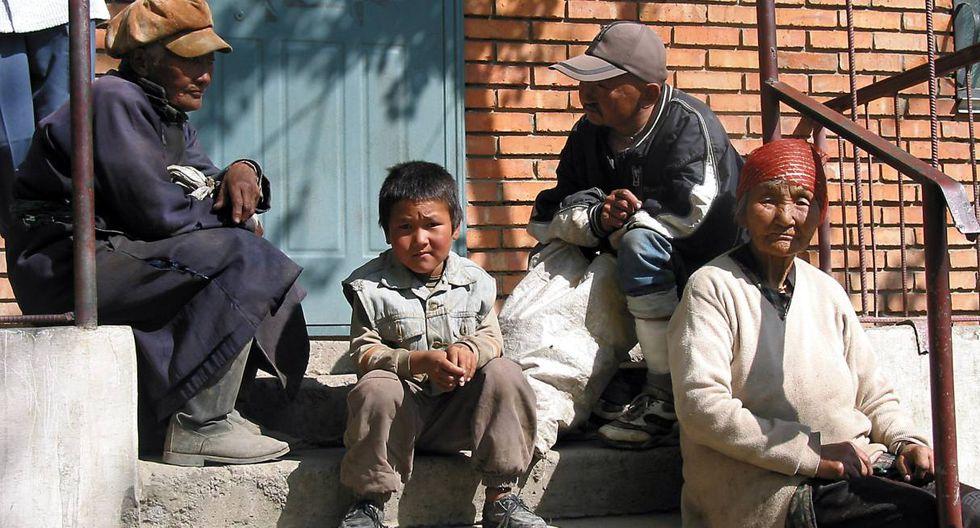 Imagen referencial. La gente espera en el Hospital de la Fraternidad, el 12 de septiembre de 2003 en la capital de Mongolia, Ulan Bator. (PHILIPPE MASSONNET / AFP).