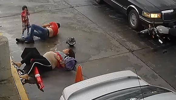 Mujer embarazada y su familia salvan de morir tras ser atropellados (VIDEO)
