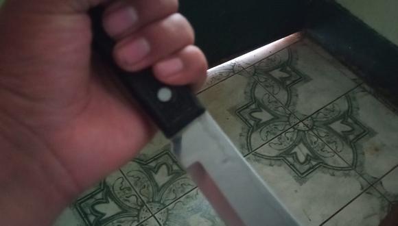 Técnico electricista ataca a su expareja con un cuchillo.