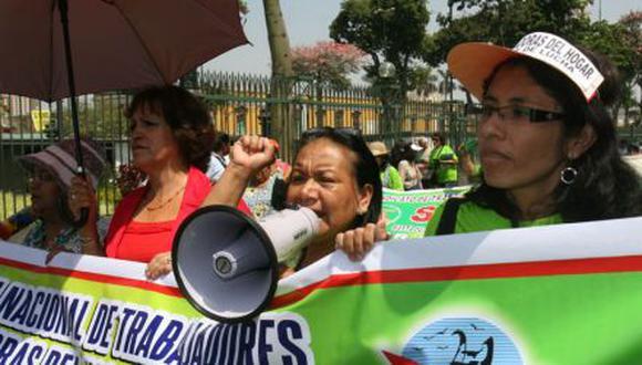 Trabajadoras del Hogar lavan mandiles y exigen pago de gratificación, seguro y CTS