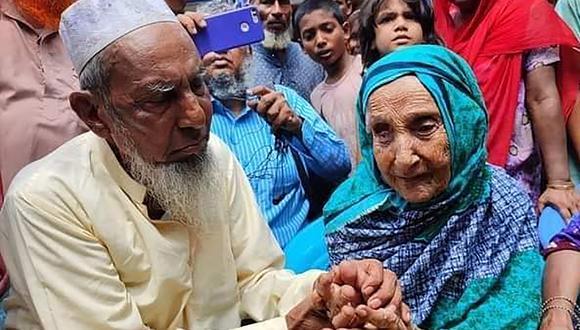 Esta foto tomada muestra a Abdul Kuddus Munsi interactuando con su madre Mongola Nessa en Brahmanbaria, luego de su reunificación después de 70 años a través de una publicación de Facebook. (Foto: Khan Mohammad AYUB / AFP)