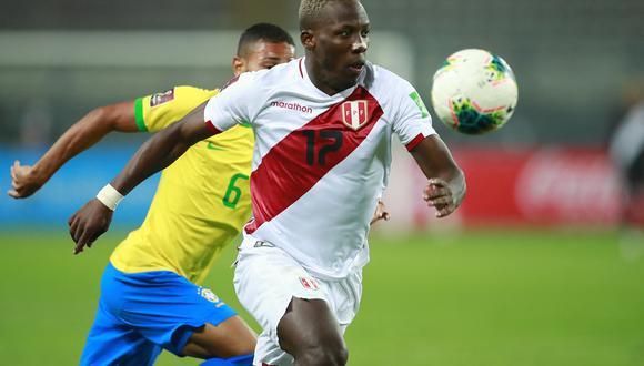 Luis Advíncula anotó el 2-0 de Perú ante Ecuador en Quito. (Foto: EFE)